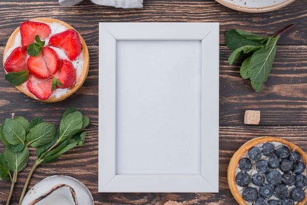 Vue De Dessus Des Tartes Aux Fruits Avec Cadre Et Menthe Photo gratuit
