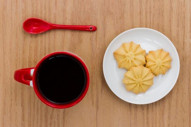 Vue de dessus tasse de café avec des biscuits Photo gratuit