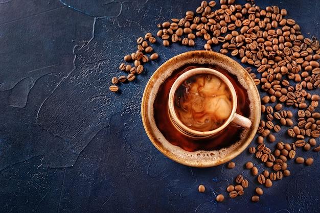 Vue de dessus de la tasse de café sur bleu Photo Premium