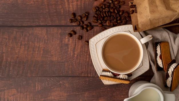Vue de dessus tasse de café avec des bonbons Photo gratuit