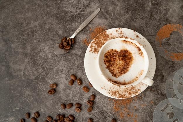 Vue De Dessus Tasse De Café Avec Un Coeur Photo gratuit
