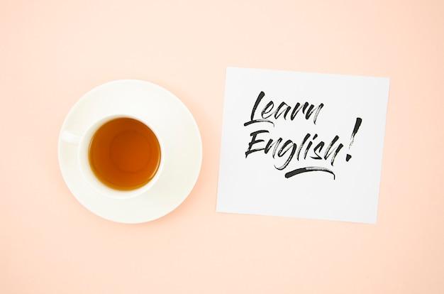 Vue de dessus tasse de café à côté d'apprendre l'anglais maquette post-it Photo gratuit