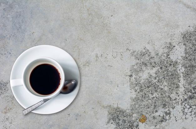 Vue de dessus d'une tasse de café sur fond de ciment Photo Premium