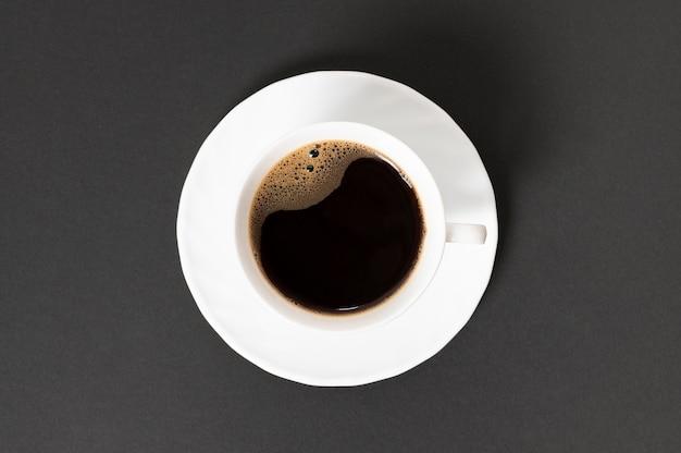 Vue de dessus tasse de café sur fond uni Photo gratuit
