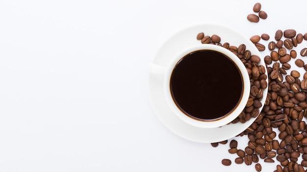Vue de dessus tasse de café avec grain Photo gratuit