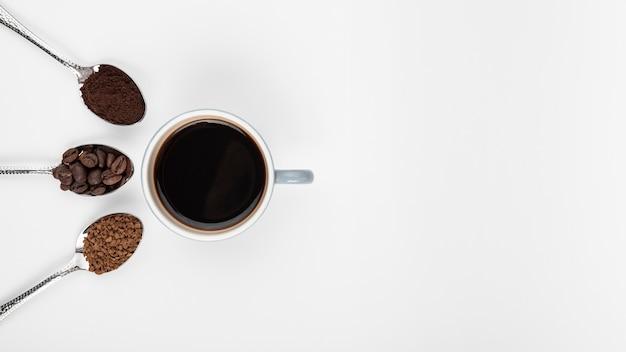 Vue de dessus tasse de café avec des haricots grillés Photo gratuit
