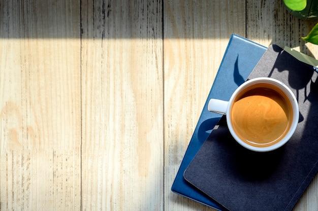 Vue de dessus tasse de café sur des livres avec espace de copie Photo Premium