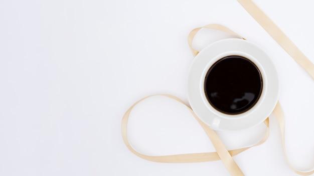 Vue de dessus tasse de café avec ruban Photo gratuit