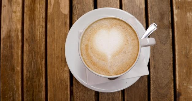 Vue de dessus de la tasse à cappuccino avec art au latte Photo Premium
