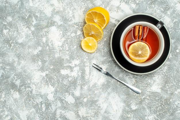 Vue De Dessus Une Tasse De Tranches De Citron De Thé Sur L'espace Libre De Surface Grise Photo gratuit