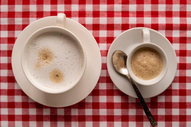Vue De Dessus Des Tasses De Café Avec Fond Quadrillé Photo gratuit