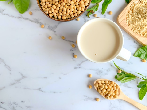 Vue de dessus des tasses de lait de soja Photo Premium