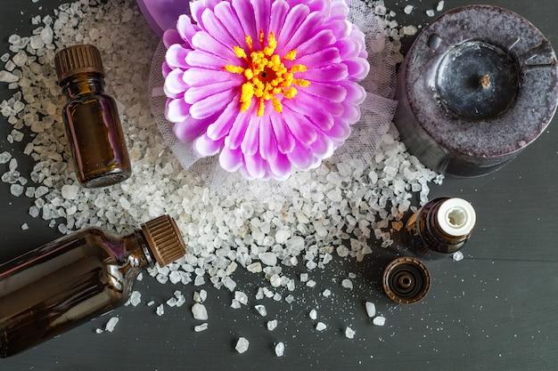 Vue de dessus des teraetments de spa - sel de mer, huiles essentielles aromatiques sur fond en bois noir Photo Premium