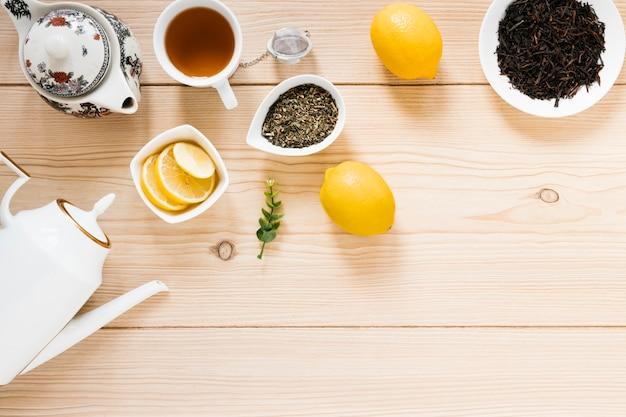 Vue de dessus de la théière et des feuilles de thé Photo gratuit