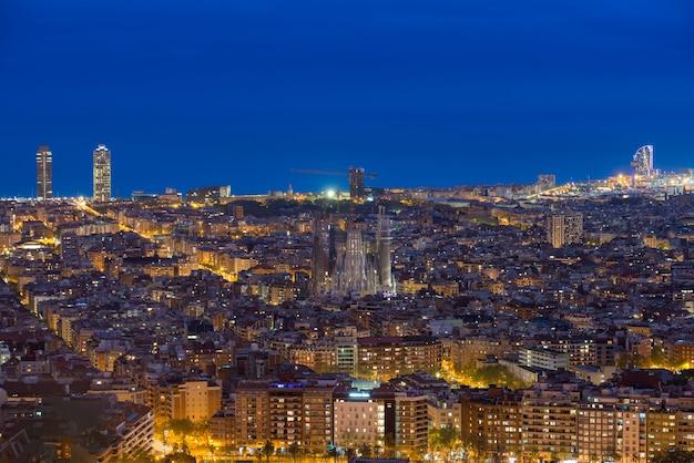 Vue de dessus des toits de la ville de barcelone pendant la soirée à barcelone, catalogne, espagne. Photo Premium