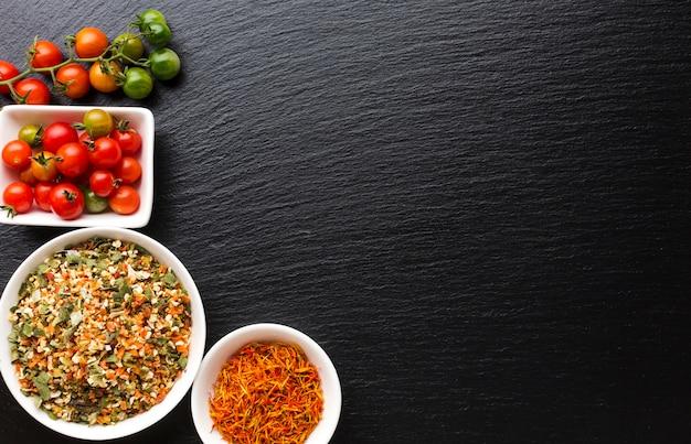 Vue de dessus tomates et condiments assaisonnés Photo gratuit