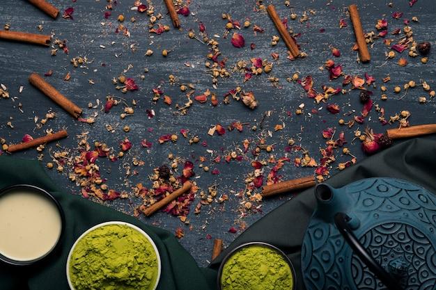 Vue de dessus traditionnelle thé matcha asiatique avec théière Photo gratuit