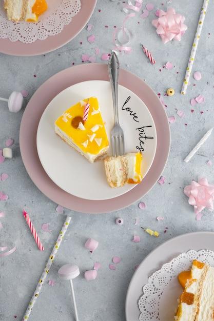 Vue De Dessus De La Tranche De Gâteau Avec Des Bougies Et Une Fourchette Photo gratuit