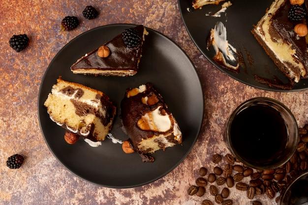 Vue de dessus des tranches de gâteau sur assiette Photo gratuit