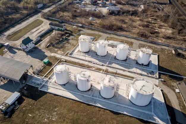 Vue De Dessus De L'usine Industrielle De Raffinerie De Mazout. Conteneurs Citernes Cylindriques En Métal Blanc. Photo Premium