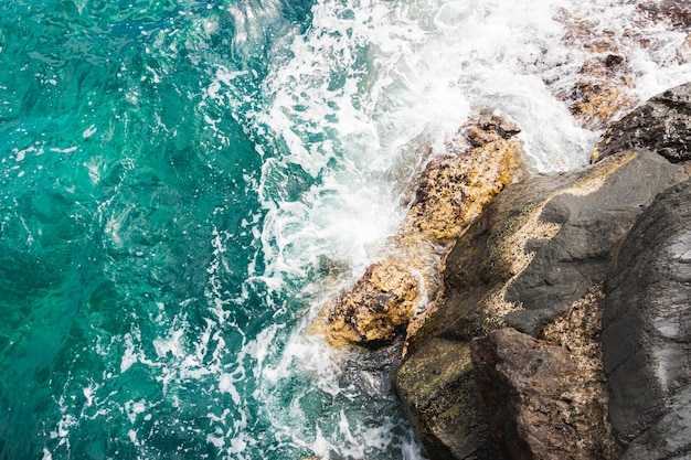 Vue de dessus des vagues sur la côte rocheuse Photo gratuit