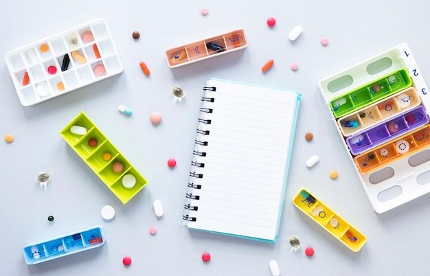 Vue De Dessus Variété De Pilules Colorées Sur La Table Photo gratuit