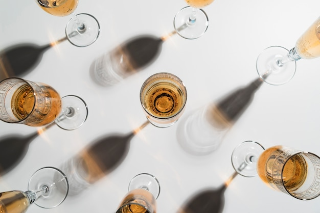 Vue De Dessus Des Verres De Champagne Sur La Table Photo gratuit