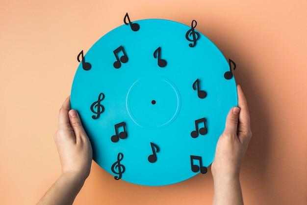 Vue De Dessus En Vinyle Bleu Avec Des Notes De Musique Photo gratuit