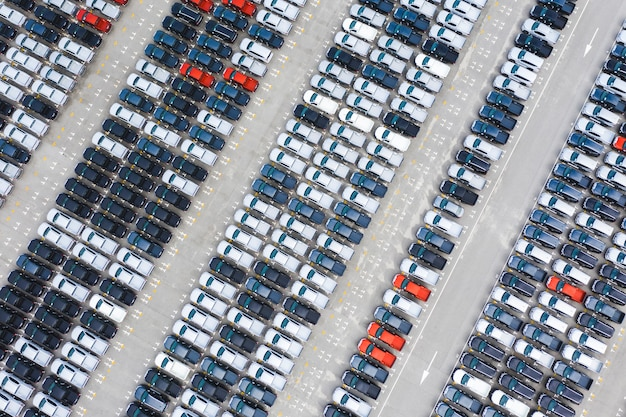 Vue de dessus des voitures neuves en rangée dans un terminal d'exportation de ports logistiques Photo Premium
