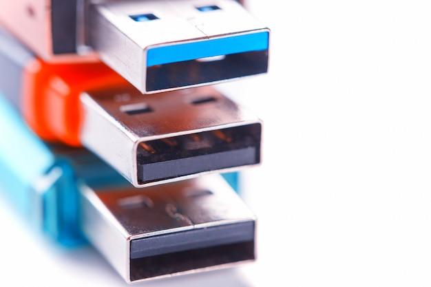 Vue détaillée d'une clé usb noire avec un connecteur bleu argenté. photo sur fond blanc Photo Premium