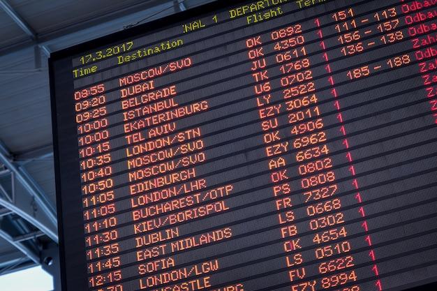 Vue détaillée d'un tableau typique d'information d'aéroport Photo gratuit