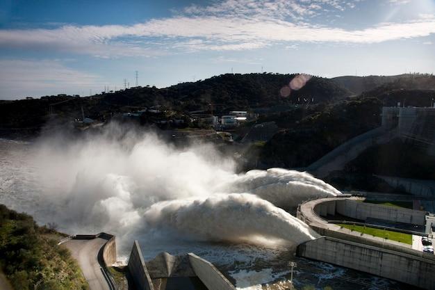 Vue de deux puissants jets d'eau sur le barrage d'alqueva, au portugal. Photo Premium