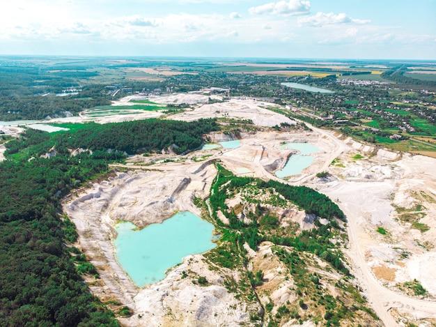 Vue De Drone Sur Une Carrière De Kaolin Inondée Avec Eau Turquoise Et Rivage Blanc Photo Premium