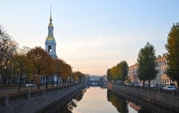 Vue du canal de kryukov dans la matinée à saint-pétersbourg Photo Premium