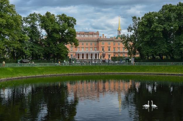 Vue du château saint-michel, du jardin saint-michel et de l'étang avec des cygnes dans le jardin d'été. Photo Premium