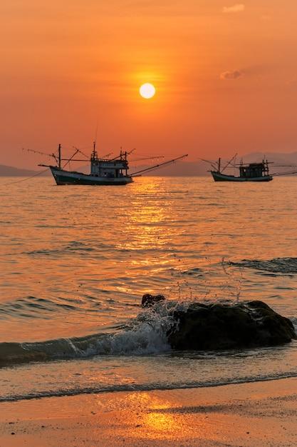 Vue Du Coucher Du Soleil à Khlong Muang Beach Dans La Province De Krabi En Thaïlande. Photo Premium