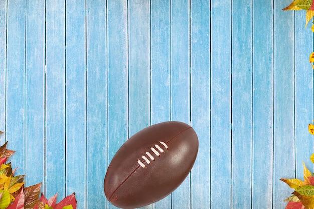 Vue du haut de ballon de rugby sur un sol bleu Photo gratuit