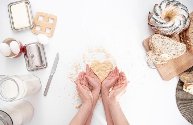 La Vue Du Haut. Maman Et Sa Fille Préparent Des Pâtisseries Dans La Cuisine. Photo Premium