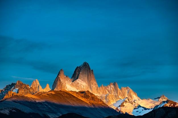 Vue Du Lever Du Soleil Sur Le Mont Fitz Roy. Patagonie Du Sud à La Frontière Entre L'argentine Et Le Chili. Photo Premium