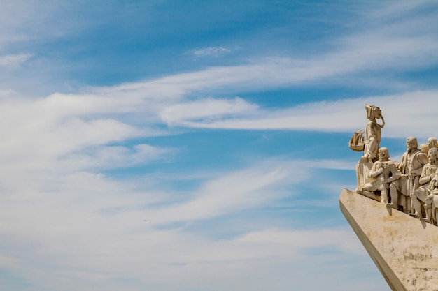 Vue du monument historique des découvertes, situé à lisbonne, au portugal. Photo Premium