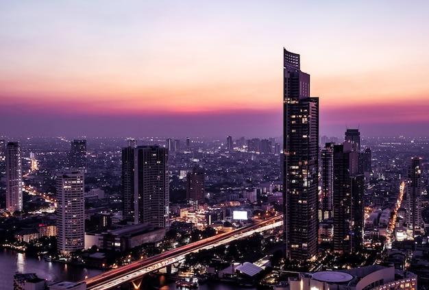 Vue du paysage urbain de bangkok à minuit Photo Premium