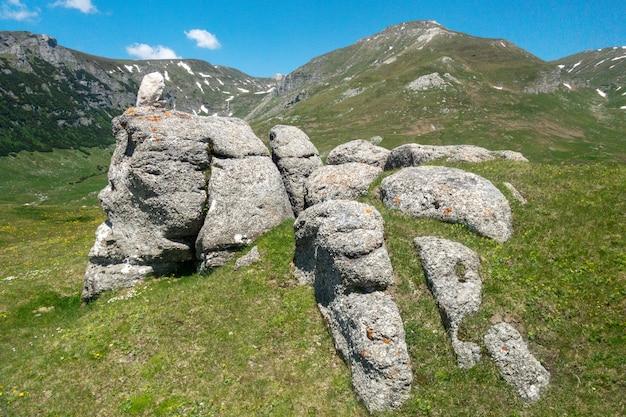 Vue du petit sphinx, dans les carpates, parc naturel de bucegi, roumanie Photo Premium