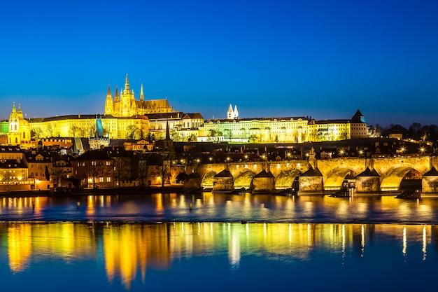 Vue du pont charles, du château de prague et de la rivière vltava à prague, en république tchèque Photo Premium