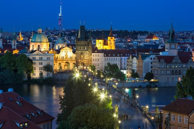Vue du pont charles et de la vltava à prague, en république tchèque, à l'heure bleue, Photo Premium
