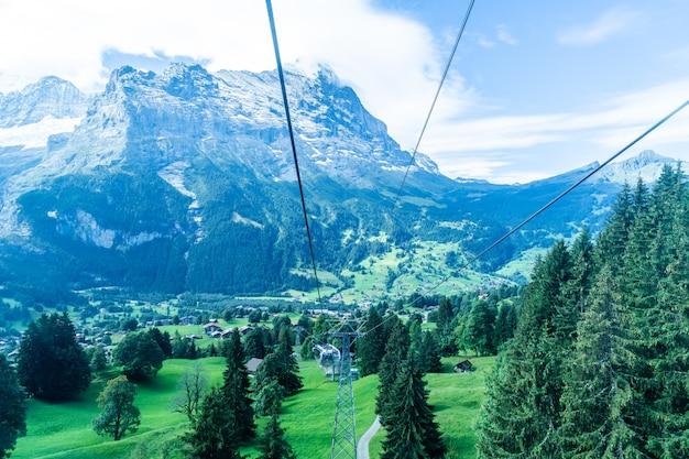 Vue du village de grindelwald depuis le téléphérique Photo Premium