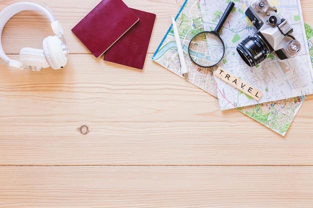 Vue en élévation de divers accessoires de voyageur sur une surface en bois Photo gratuit