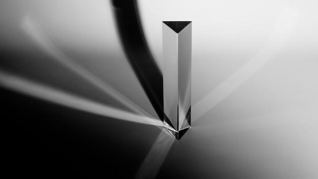 Une vue en élévation du prisme de triangle avec une ombre sombre sur fond gris Photo gratuit