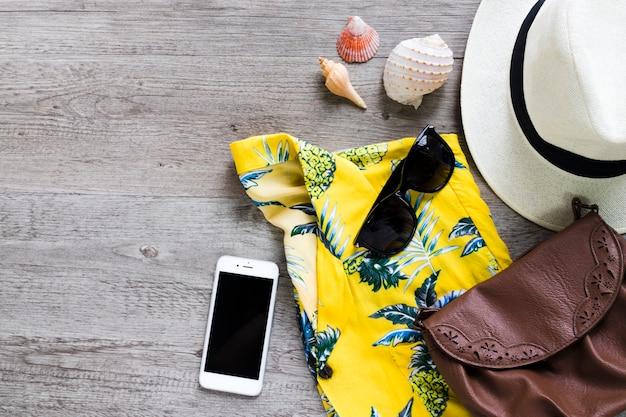 Vue élevée d'un accessoires de loisirs d'été Photo gratuit