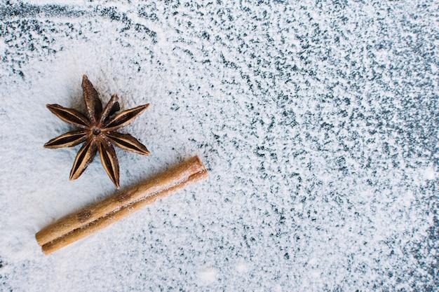 Vue élevée de l'anis étoilé; bâton de cannelle et de la farine Photo gratuit