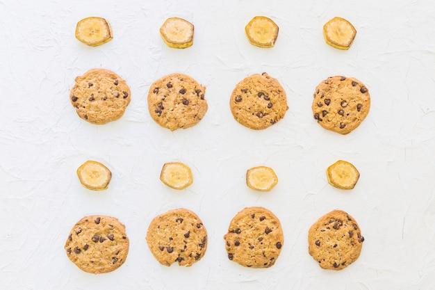 Vue élevée de biscuits et de tranches de banane d'affilée Photo gratuit